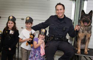 bambino autistico visita il commissariato di polizia