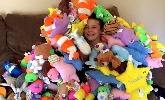 Autismo: sindrome di Asperger, bambino di 9 anni regala animali di peluche (video)