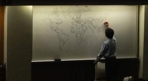 bambino autistico disegna mappa del mondo perfetta